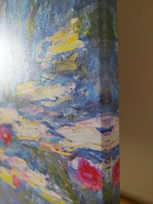 Canvas su misura con telaio in abete di cm. 3 x 4 con bordo riflesso. Gli ultimi cm dell'immagine sono riflessi ne bordo. La misura della stampata rimane integra.